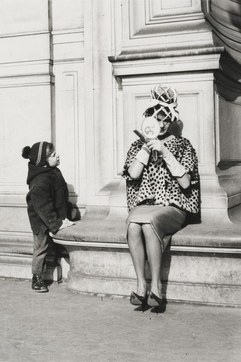 Peter Fink: Model, Paris, France. Sich schminkende Frau wird von Kind beobachtet.