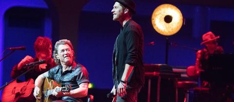 Peter Maffay (li.) mit Gastsänger Johannes Oerding in der Frankfurter Festhalle.