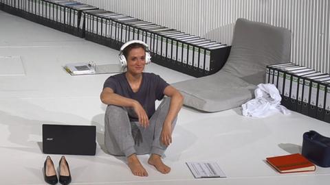 Frau mit Kopfhörern auf einer Bühne