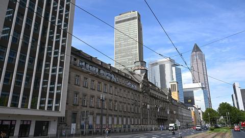 Zwischen Bürogebäuden und Hochhäusern ist das Alte Polizeipräsidium an der Friedrich-Ebert-Anlage in Frankfurt zu sehen. Auf dem Areal soll ein Gebäudeensemble aus einem Neubau mit Hochhaus und dem denkmalgeschützten Bestand entstehen.