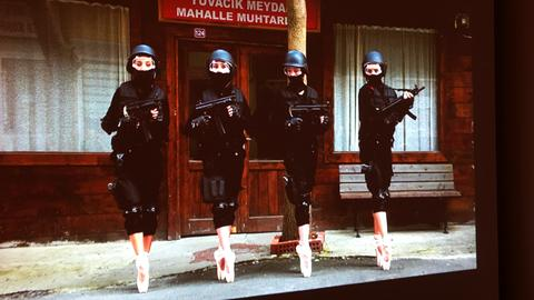 "Halil Altindere ""Ballerinas and Police"" (Filmausschnitt)"