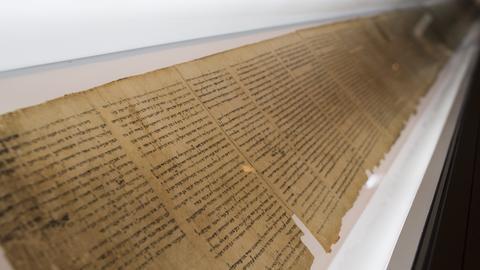 Ein Teil der Qumran-Rollen bei einer Ausstellung.