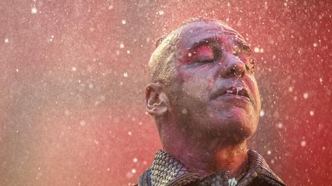Till Lindemann - Frontmann von Rammstein - in Großaufnahme auf der Bühne der Commerzbankarena
