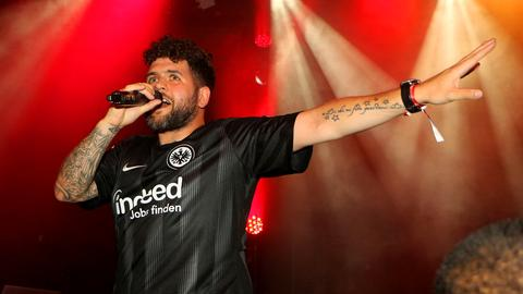 Der Frankfurter Rapper Vega präsentiert das Eintracht-Heimtrikot der Bundesliga-Saison 2018/2019 vor.