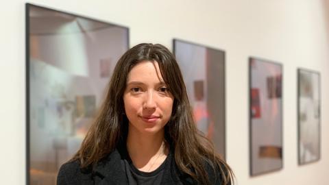 Junge Frau vor Foto-Wand