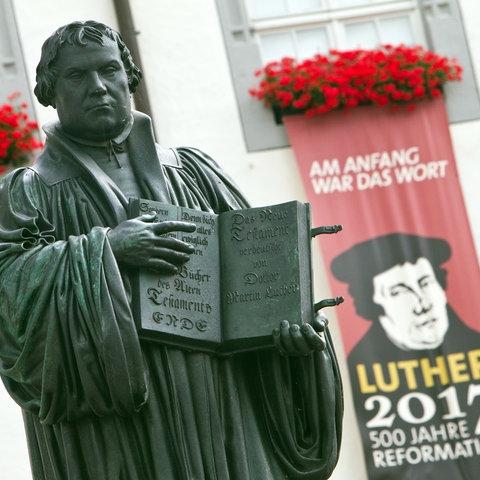 Luther-Denkmal auf dem Marktplatz vor dem Rathaus Wittenberg