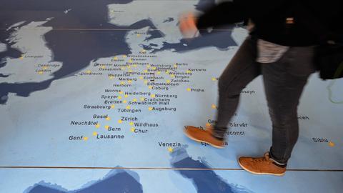 Europakarte mit Orten des Stationenweges auf dem Fußboden im Truck.