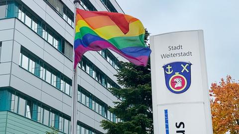 Eine Regenbogenflagge flattert vor dem rathaus in Weiterstadt
