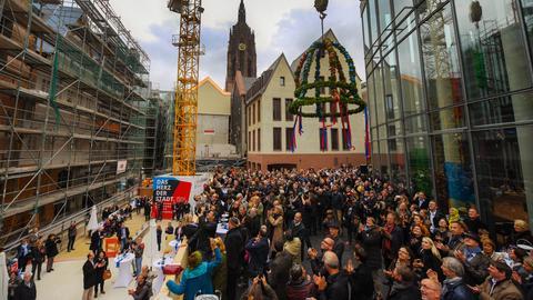 Der Richtkranz schwebt anlässlich des Richtfestes der rekonstruierten Frankfurter Altstadt über den Besuchern.