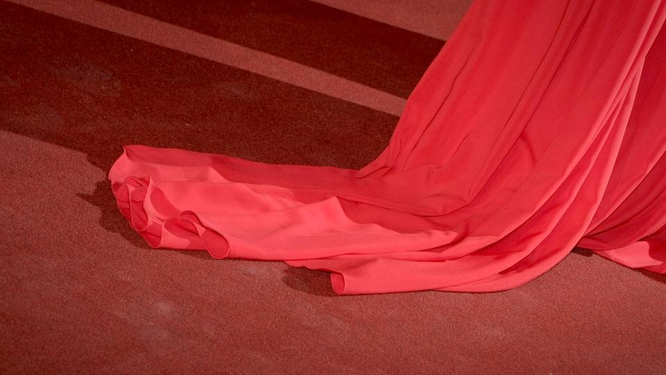 Ein roter Kleidzipfel eiens Abendkleids auf dem roten Teppich des hessischen Filmpreis