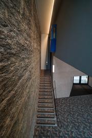 Eingangsbereich mit gemauerter Wand
