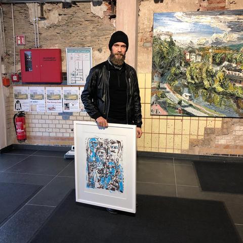 Ein Besucher des Rosenhang-Museums leiht ein Werk des Berliner Künstlers Jean Yves Klein