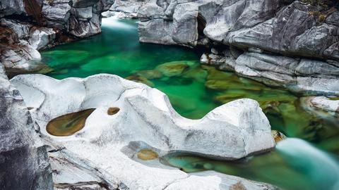 Der Alpenfluss Verzasca in der Schweiz