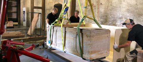 Der Sarkophag wird für den Transport verladen