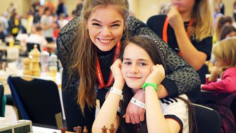 Foto der beiden Schachspielerinnen Rosalie Werner und Sonja Maria Bluhm während eines Schachturniers.