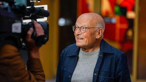 Volker Schlöndorff wird von einer Kamera gefilmt