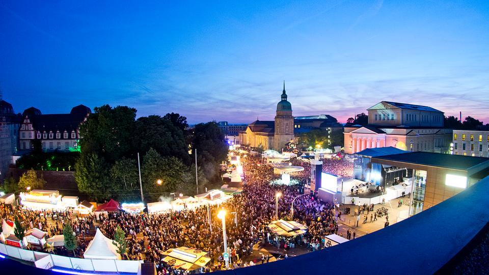 Der volle Karolinenplatz in Darmstadt.
