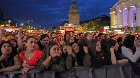 Publikum vor der Merck-Bühne bei Namika