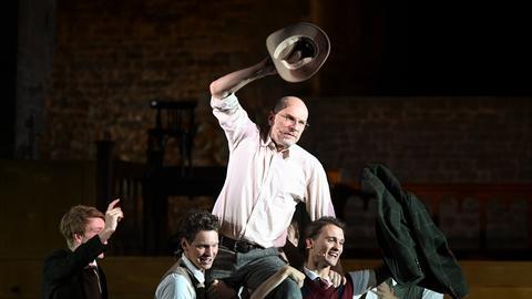 """Der Schauspieler Götz Schubert (als John Keating) agiert während der Medienprobe des Schauspiels """"Der Club der toten Dichter"""" bei den 70. Bad Hersfelder Festspielen auf der Bühne auf den Schultern der Schüler."""