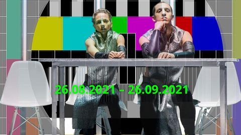 Zwei Menschen sitzen vor einer Testbild-Tapete