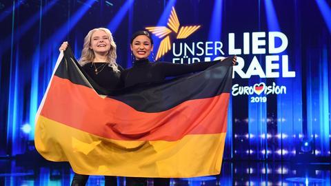 Duo Sisters freuen sich ESC mit Deutschlandfahne über ihren Sieg