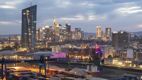 Blick auf die Skyline Frankfurt mit Containern im Vordergrund