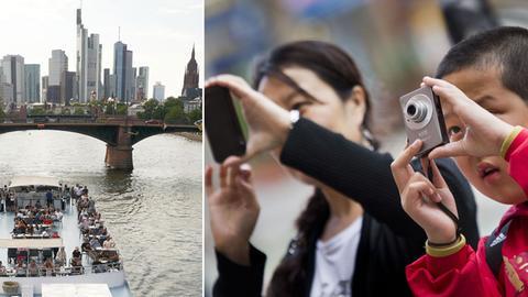 Bildkombo: Ein Ausflugschiff auf dem Main vor der Skyline/ zwei Touristen, die Fotos machen
