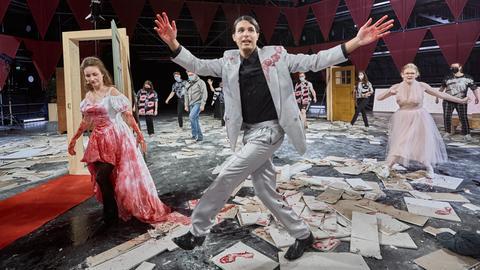 Szenenfoto: Mann mit blutigen Händen tanzt