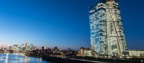 EZB Frankfurt bei Nacht