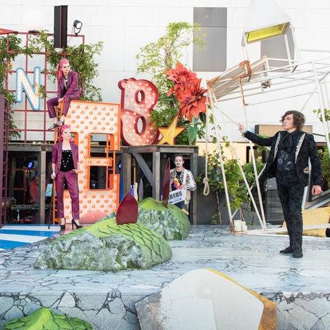 Schauspieler auf einer Open-Air-Bühne