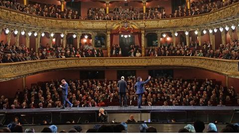 """Das Große Haus im Staatstheater Wiesbaden mit einer Szene aus """"Cosi fan tutte"""""""