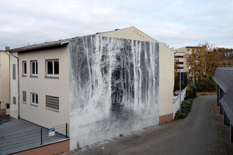"""""""Fernweh"""" des argentinischen Streetart-Künstlers Francisco Bosoletti: Schwarzweiß-Graffiti, das einen dunklen Wald zeigt."""
