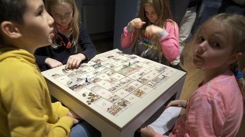 """Es muss nicht immer digital sein: Kinder reisen mit dem """"kleinen Herr Fix"""" in 77 Tagen um die Welt"""