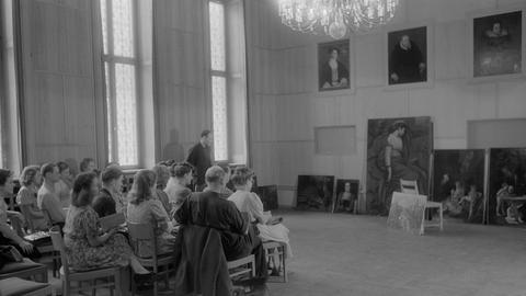 Richard Hamann-Mac Lean mit Studierenden im Landgrafensaal des Staatsarchivs, Sommersemester 1946