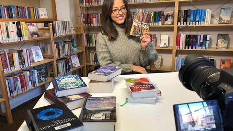 """Buchbloggerin Tami Fischer mit ihrem ersten eigenen Roman """"Burning Bridges"""""""