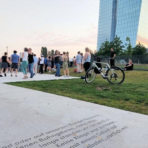Menschen tanzen an der Holocaust-Gedenkstätte