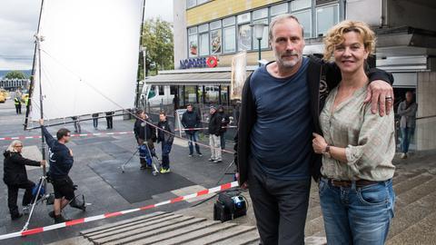 Die hr-Tatort-Kommissare Wolfram Koch und Margarita Broich am Drehort in der Kasseler Treppenstraße.