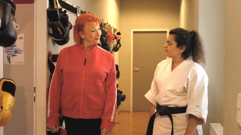 Una donna in tuta e una in tuta da combattimento