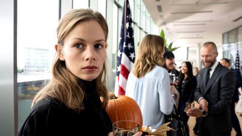 Emily auf einer Party im amerikanischen Konsulat
