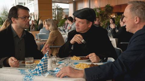 """Szene aus Murot-Tatort """"Wer bin ich?"""": hr-Redakteur Jens Hochstätt (Michael Rotschopf), """"Tatort""""-Regisseur Konrad (Justus von Dohnányi) und Ulrich Tukur, der sich selbst spielt."""