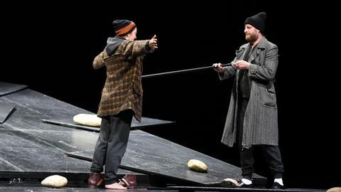 Mit Abstand stehen sich zwei Schauspieler auf der Bühne im Staatstheater Wiesbaden gegenüber.