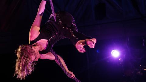 Linda Sander zeigt im Varieté-Theater Tigerpalast Artistik am Vertikalseil.