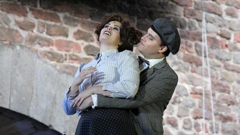 Anja Backus als Caroline Neville und Konstantin Zander als Charles Clarke sich umarmend im Musical Titanic bei den Festspielen Bad Hersfeld