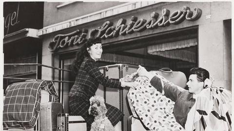 Caterina Valente 1965 vor dem Atelier von Toni Schiesser beim Aufladen ihrer Bühnengarderobe auf ein Fahrzeug.