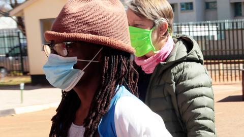 Foto von Tsitsi Dangarembga mit Maske und Mütze.