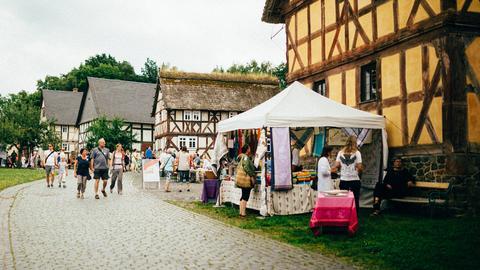 Verkaufsstände vor alten Fachwerkhäusern
