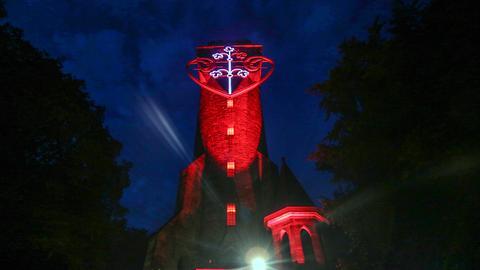 Kaiser-Wilhelm-Turm in Marburg mit Leuchtherz und nächtlicher Beleuchtung.