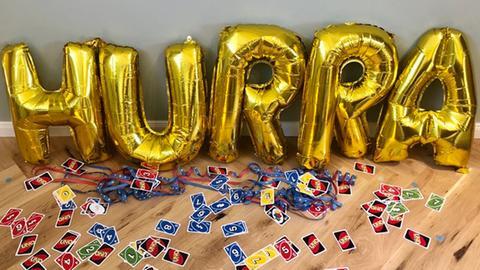 Uno-Karten mit Luftschlangen und Party-Luftballons