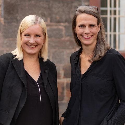 Eva Lange und Carola Unser, die in die Kamera lächeln.