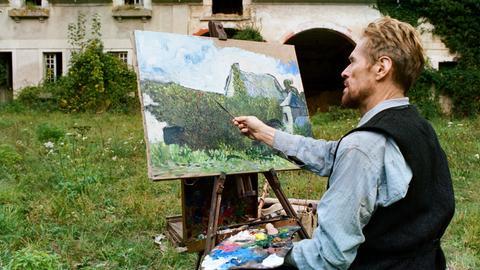 """Szene aus dem Film """"Van Gogh, An der Schwelle zur Ewigkeit"""", Van Gogh sitzt an seiner Staffelei und malt"""